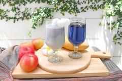 Καταφερτζής γιαουρτιού της Apple και χυμός μπιζελιών πεταλούδων Στοκ εικόνα με δικαίωμα ελεύθερης χρήσης