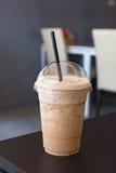 Καταφερτζής καφέ γάλακτος στο πλαστικό φλυτζάνι Στοκ φωτογραφίες με δικαίωμα ελεύθερης χρήσης