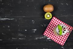 Καταφερτζής με το ακτινίδιο και το σπανάκι Τοπ όψη τρόφιμα μπουλεττών ανασκόπησης πολύ κρέας πολύ Στοκ Εικόνες