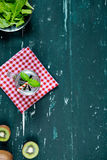 Καταφερτζής με το ακτινίδιο και το σπανάκι Τοπ όψη τρόφιμα μπουλεττών ανασκόπησης πολύ κρέας πολύ Στοκ φωτογραφίες με δικαίωμα ελεύθερης χρήσης