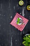 Καταφερτζής με το ακτινίδιο και το σπανάκι Τοπ όψη τρόφιμα μπουλεττών ανασκόπησης πολύ κρέας πολύ Στοκ φωτογραφία με δικαίωμα ελεύθερης χρήσης