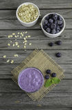 Καταφερτζής με το παγωμένο βακκίνιο και oatmeal στον ξύλινο πίνακα Στοκ εικόνες με δικαίωμα ελεύθερης χρήσης