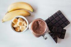 Καταφερτζής μπανανών και σοκολάτας στο βάζο γυαλιού milkshakes, φυσικό και οργανικό ποτό στοκ φωτογραφία με δικαίωμα ελεύθερης χρήσης