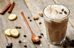 Καταφερτζής μπανανών σοκολάτας καφέ με κτυπημένη την καρύδα κρέμα Στοκ Φωτογραφίες