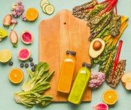 Καταφερτζής που κάνει την έννοια Τα διάφορα υγιή φρέσκα φρούτα και λαχανικά με τα μπουκάλια στην ελαφριά μέντα παρουσιάζουν το υπ Στοκ φωτογραφία με δικαίωμα ελεύθερης χρήσης