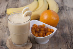Καταφερτζής της μπανάνας, χυμός από πορτοκάλι, παγωμένο θάλασσα-buckthorn με το Υ Στοκ Εικόνες