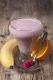 Καταφερτζής της μπανάνας, χυμός από πορτοκάλι, παγωμένο σμέουρο με το yogur Στοκ Εικόνες