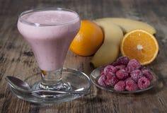 Καταφερτζής της μπανάνας, χυμός από πορτοκάλι, παγωμένο σμέουρο με το yogur Στοκ εικόνα με δικαίωμα ελεύθερης χρήσης