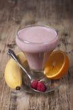 Καταφερτζής της μπανάνας, χυμός από πορτοκάλι, παγωμένο σμέουρο με το yogur Στοκ Φωτογραφίες