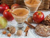 Καταφερτζής της Apple με τα καρύδια και την κανέλα Ποτά διατροφής Υγιές eati Στοκ Εικόνα