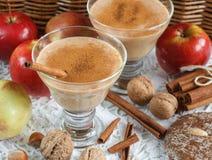 Καταφερτζής της Apple με τα καρύδια και την κανέλα Ποτά διατροφής Υγιές eati Στοκ φωτογραφίες με δικαίωμα ελεύθερης χρήσης