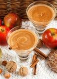 Καταφερτζής της Apple με τα καρύδια και την κανέλα Ποτά διατροφής Υγιές eati Στοκ Φωτογραφία