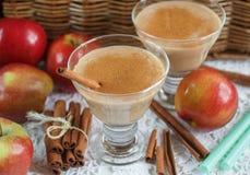 Καταφερτζής της Apple με τα καρύδια και την κανέλα Ποτά διατροφής Υγιές eati Στοκ Φωτογραφίες