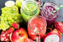 Καταφερτζής τρία χυμών κόκκινα πράσινα ιώδη φρούτα βάζων Στοκ Εικόνες