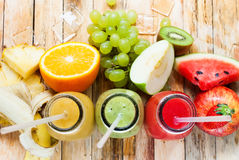 Καταφερτζής τρία χυμών υπόλοιπου κόσμου φρούτα μπουκαλιών τροπικά Στοκ φωτογραφία με δικαίωμα ελεύθερης χρήσης