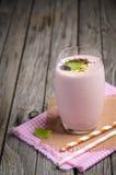 Καταφερτζής φραουλών και μπανανών με oatmeal Στοκ Εικόνα