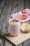 Καταφερτζής φραουλών και μπανανών με oatmeal Στοκ εικόνες με δικαίωμα ελεύθερης χρήσης