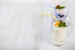 Καταφερτζήδες ή γιαούρτι με τα φρέσκα μούρα Milkshakes με το raspberr στοκ εικόνες