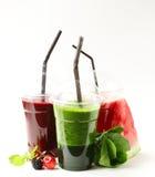 Καταφερτζήδες ποτών φρούτων και σπανακιού μούρων με τα κεράσια, το σμέουρο και το καρπούζι Στοκ Εικόνες