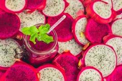 Καταφερτζήδες των κόκκινων οργανικών φρούτων δράκων και κομμάτια των φρούτων δράκων σε ένα παλαιό ξύλινο υπόβαθρο Στοκ φωτογραφία με δικαίωμα ελεύθερης χρήσης