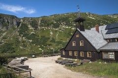Καταφύγιο στα γιγαντιαία βουνά Στοκ φωτογραφίες με δικαίωμα ελεύθερης χρήσης