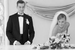 καταχώρηση γάμου νεόνυμφω& στοκ φωτογραφίες