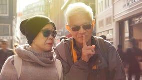 Καταλαβαίνοντας τον ανώτερο σύζυγο που λέει στη σύζυγό του για να είναι ήρεμη Secre Στοκ φωτογραφίες με δικαίωμα ελεύθερης χρήσης