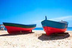 Καταλωνία, Ισπανία - 24 Ιουλίου 2017: Άμμος, θάλασσα και βάρκες παραλιών στο Β Στοκ εικόνα με δικαίωμα ελεύθερης χρήσης