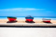 Καταλωνία, Ισπανία - 24 Ιουλίου 2017: Άμμος, θάλασσα και βάρκες παραλιών στο Β Στοκ Εικόνες