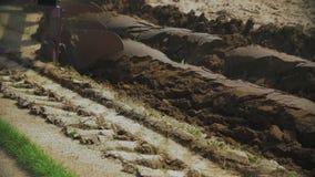 Καταδύσεις τρακτέρ αρότρων στο καλλιεργήσιμο έδαφος φιλμ μικρού μήκους