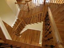 κατεβαίνοντας σκάλα πολυτέλειας ξύλινη Στοκ φωτογραφίες με δικαίωμα ελεύθερης χρήσης
