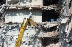 Κατεδάφιση ενός κτηρίου με τον εκσκαφέα Στοκ φωτογραφία με δικαίωμα ελεύθερης χρήσης