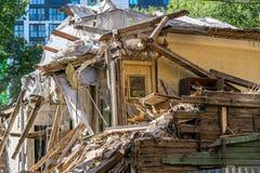 Κατεδάφιση του παλαιού ξύλινου σπιτιού στοκ εικόνα