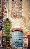 Κατεδαφισμένος παλαιός τοίχος οικοδόμησης τούβλου στοκ φωτογραφίες με δικαίωμα ελεύθερης χρήσης