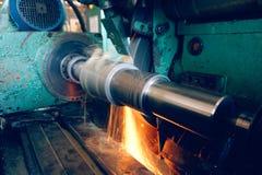 Κατεργασία της εσωτερικής τρύπας σε μια ισότιμη αλέθοντας μηχανή με τους σπινθήρες, σε βιομηχανικές εγκαταστάσεις στοκ φωτογραφίες