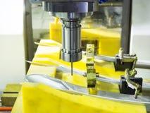 Κατεργασία του μέρους ακρίβειας από CNC το επεξεργαμένος στη μηχανή κέντρο στοκ φωτογραφίες με δικαίωμα ελεύθερης χρήσης