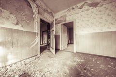 Κατεστραμμένο κενό δωμάτιο με τις παλαιές ταπετσαρίες στοκ εικόνες