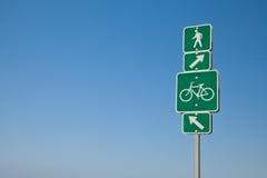 Κατευθυντικά πορεία ποδηλάτων παραλιών και σημάδι περπατήματος Στοκ φωτογραφίες με δικαίωμα ελεύθερης χρήσης
