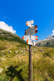 Κατευθυντικά σημάδια ιχνών στο βουνό - ιταλικές Άλπεις Στοκ Εικόνες