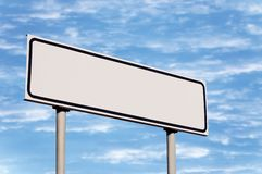 κατευθυντικό λευκό ουρανού οδικών σημαδιών οδηγών μετα Στοκ Εικόνες
