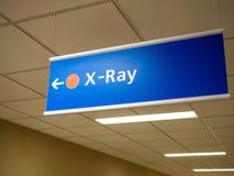Κατευθυντικό σημάδι ακτίνας X άποψης κινηματογραφήσεων σε πρώτο πλάνο στο βρετανικό νοσοκομείο στοκ εικόνες με δικαίωμα ελεύθερης χρήσης