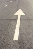 Άσπρο οδικό βέλος Στοκ φωτογραφία με δικαίωμα ελεύθερης χρήσης