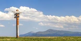 Κατευθύνσεις πορειών τουριστών που παρουσιάζονται σε ένα παραδοσιακό σημάδι κατεύθυνσης ι στοκ φωτογραφίες με δικαίωμα ελεύθερης χρήσης