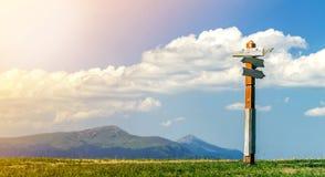 Κατευθύνσεις πορειών τουριστών που παρουσιάζονται στο ξύλινο παραδοσιακό σημάδι κατεύθυνσης στα Καρπάθια βουνά, Ουκρανία Αιχμές υ στοκ φωτογραφίες