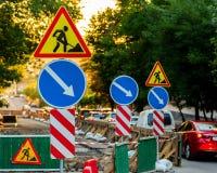 Κατευθύνσεις σημαδιών οδικών επισκευής και αυτοκινήτων και σημάδια επισκευής στοκ φωτογραφίες