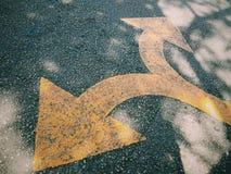 Κατεύθυνση οδικών βελών που αφήνεται και σωστή Στοκ Εικόνες