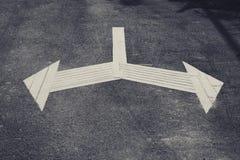 Κατεύθυνση σημαδιών βελών στο δρόμο που αφήνονται και σωστή κυκλοφορία Signa Στοκ Εικόνα