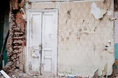 Κατεδαφισμένος τοίχος, παλαιά ξύλινη άσπρη πόρτα στο κύριο Tbilisi στοκ φωτογραφία