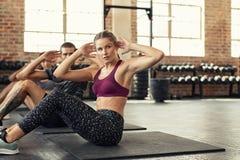 Κατηγορία ικανότητας που κάνει τα ABS workout στοκ φωτογραφίες με δικαίωμα ελεύθερης χρήσης