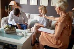 Κατηγορία της δυστυχισμένης ατόμων συζύγου ακούσματος στοκ εικόνες